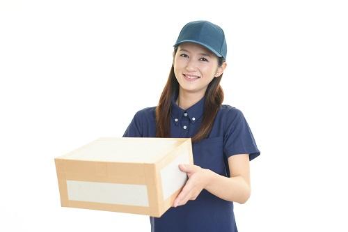 宅配便を運ぶ女性