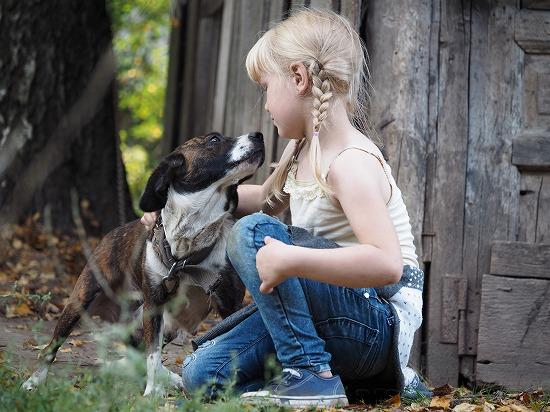 金髪の女の子と犬